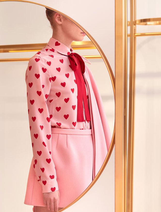 RED Valentino roze košulja na srca i roze suknja