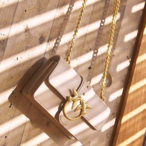 Pinko bež torbica sa zlatnim lancem